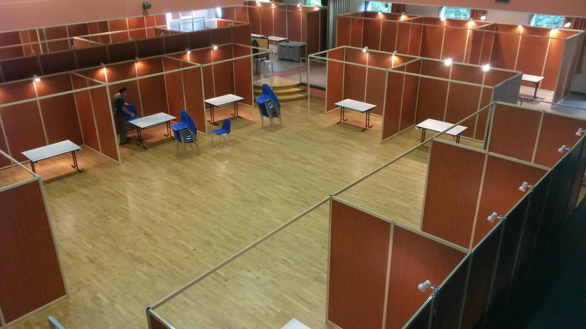 Installation de cloison pour stand, foire, exposition sur site.